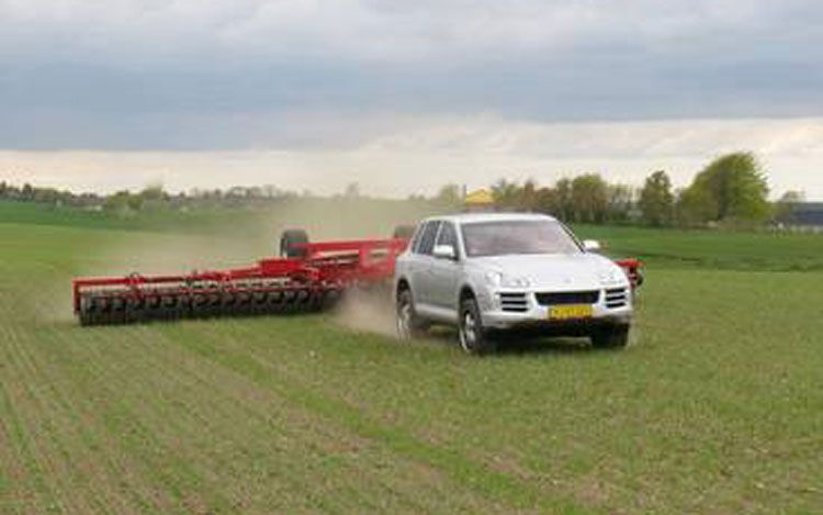 porsche-cayenne-turbo-doubles-as-tractor--frolics-in-field-and-pulls-tip-roller[1].jpg